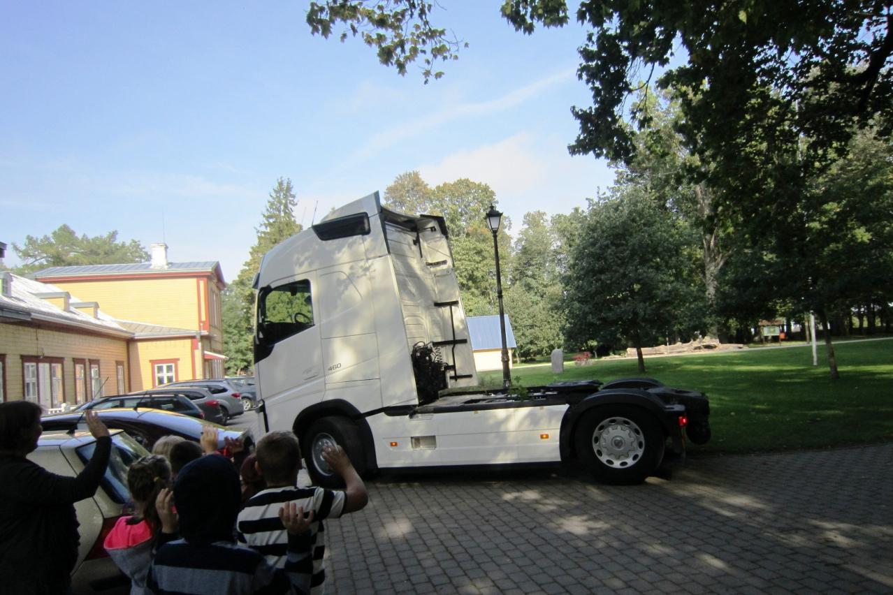 """Volvo Trucks liiklusohutuskoolitus """"Peatu, vaata, lehvita"""""""