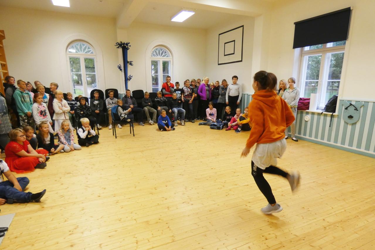 JJ-STREET COMPANY tantsukooli esinemine