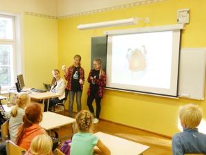 """8.klassi tüdrukud juhendasid algkasside õpilasi ja viisid neile läbi töötoa """"Sidrunivulkaan"""", 25.09"""