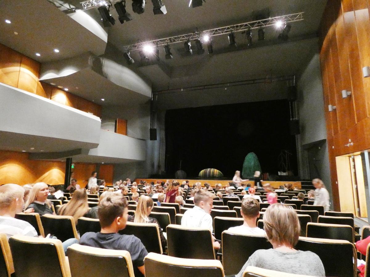 """Ugala teatri etendusel """"Vai-vai vaene Vargamäe"""" ja õppekäigus Lasva veetornis"""