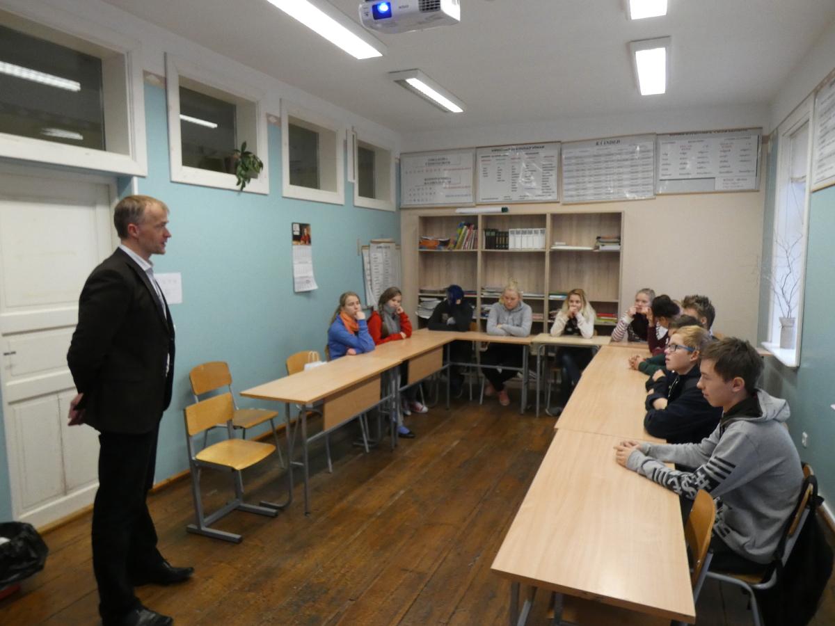 Rahatarkuse tund 8. klassis, läbiviijaks SEB Panga privaatpanganduse direktor Jaanus Kaik