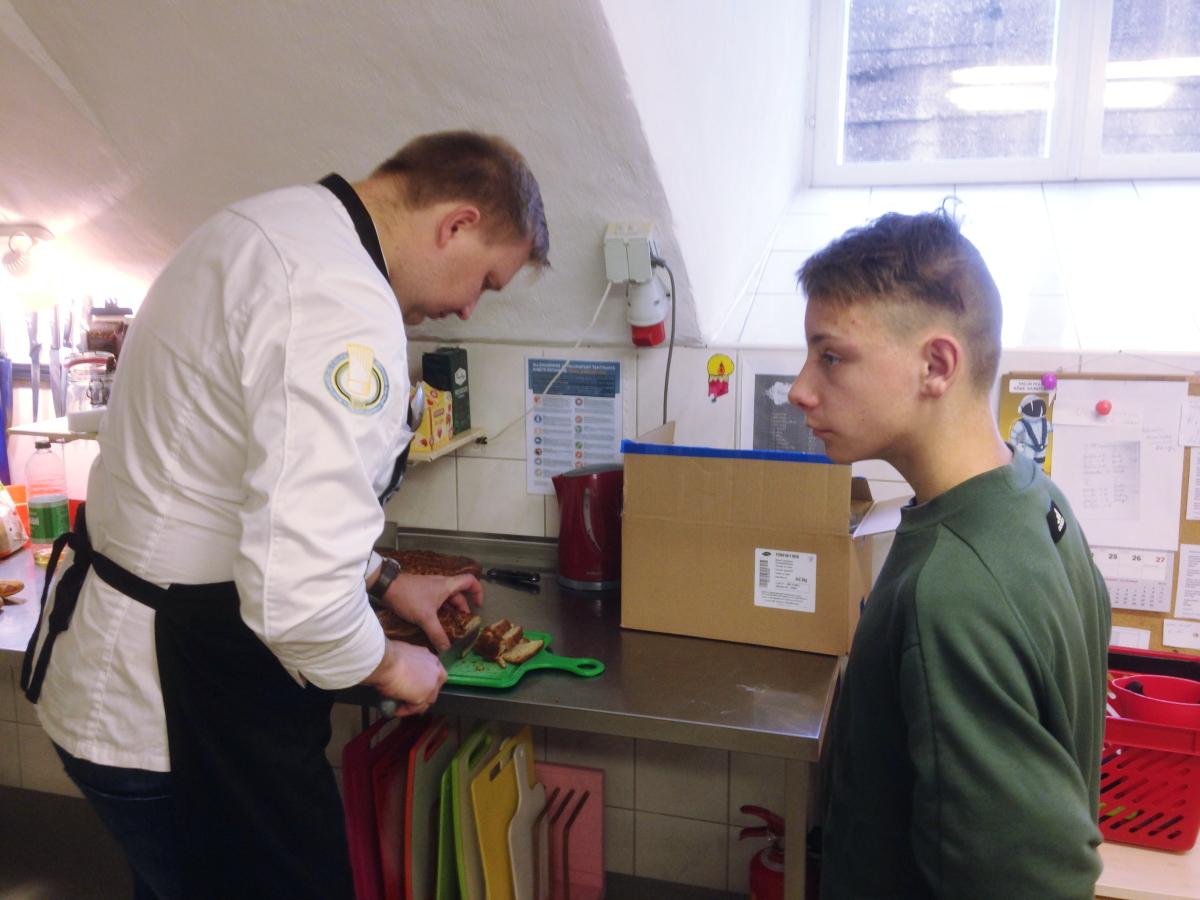 7. klass Tartu kohvik-lounge YLICOOL peakoka Urpo Reinthali kokkamistunnis