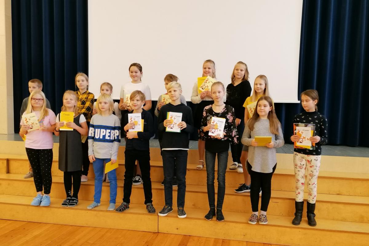 4. klassi osalejad, meie koolist osales kuue parema lugeja hulka tulnud Lisan, viimases reas paremalt esimene.