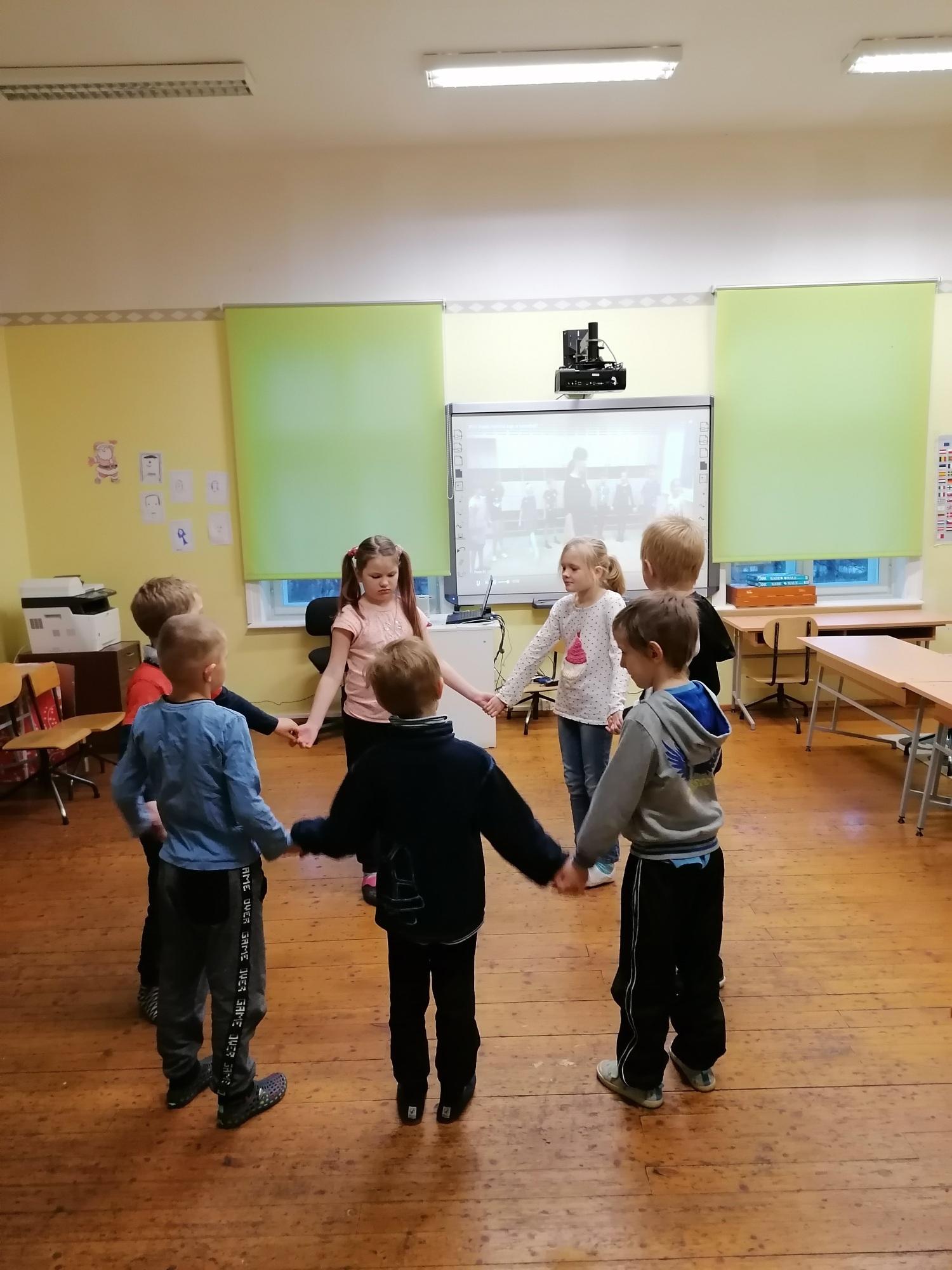 """Ühises virtuaalses klassiruumis õpetas Agne Kurrikoff-Herman lastele esimese osa tantsust """"Oige ja vasemba"""""""