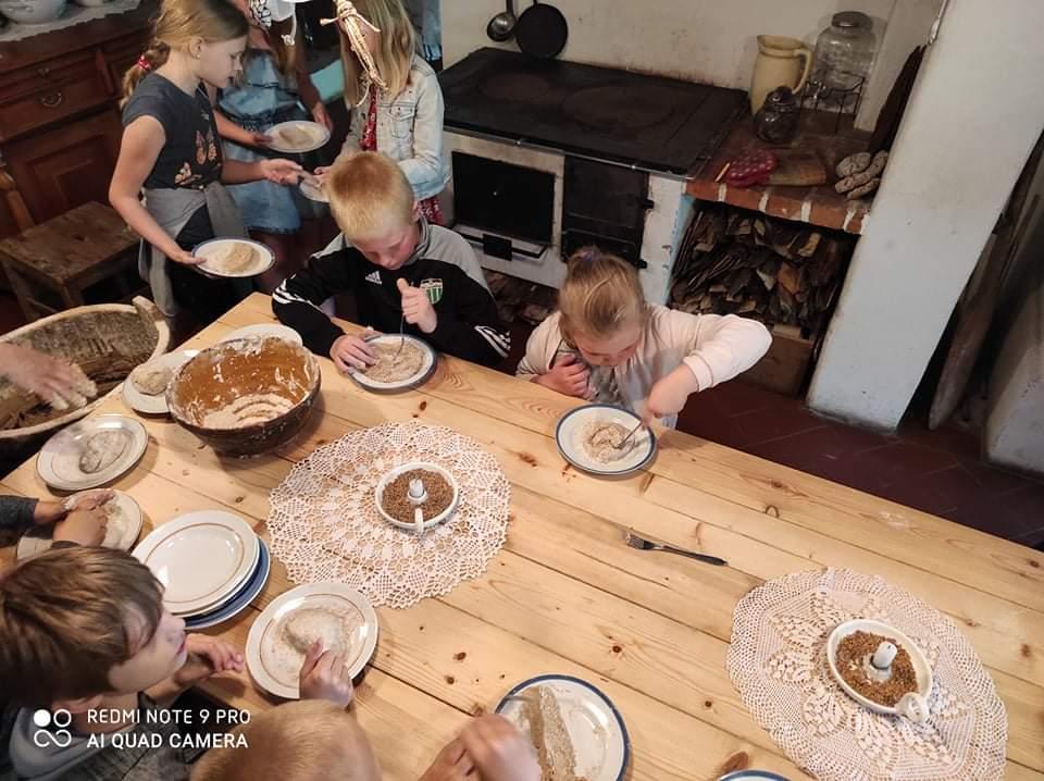 09.06.2021 tutvus 1-5. klass Hellenurme vesiveski tööga ja küpsetas leiba